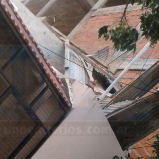 En calle México.El susto fue grande al caer la estructura sobre el techo de la casa.