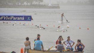 Boyado. En la Costanera Baja de la capital provincial los primeros bañistas se refrescaron durante la siesta.