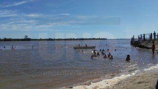 Niños de la escuela del CAE nadaron por primera vez en el río Paraná