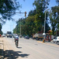 En contramano hoy al mediodía por avenida Almafuerte. Foto UNO.