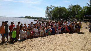 Al río. Alumnos de 5° y 6° grado de la escuela del Club Atlético Estudiantes realizaron ayer por la mañana la Travesía del Río. Nadaron por la playa arengados por familiares y amigos.