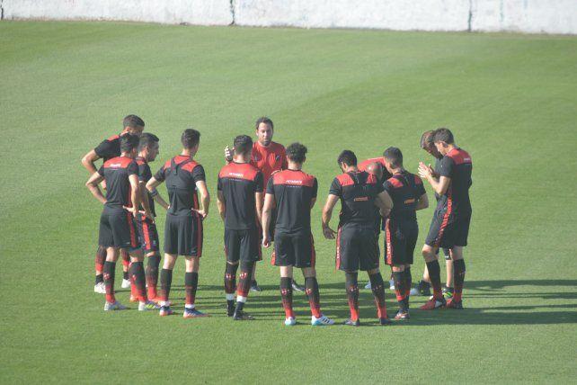 CHARLA PREVIA. El entrenador del conjunto Santo reunió a sus jugadores y remarcó conceptos antes del ensayo informal.