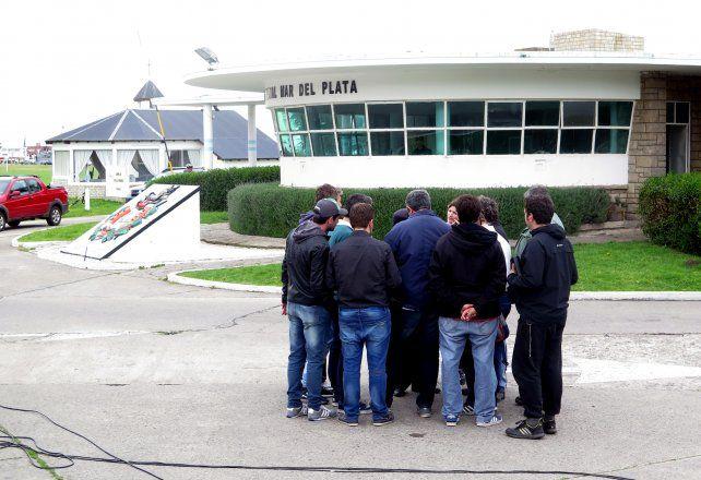 <b>Tensa espera</b>. Los familiares esperan algún tipo de novedades en la base de Mar del Plata.