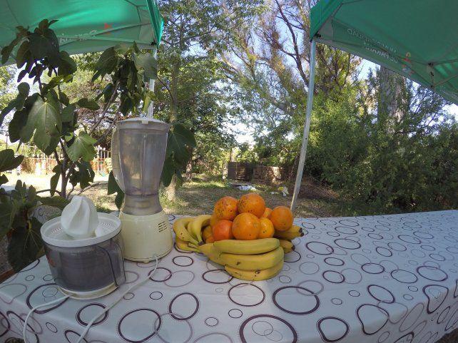 El puesto de Caracola que ofrece jugo de naranjas y licuados de banana. Foto UNO