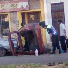 Un vuelco con secuelas. El auto se descontroló para luego embestir dos vehículos más.