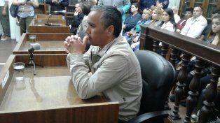 Disconforme. El condenado negaba con la cabeza, en silencio, mientras escuchaba la sentencia.