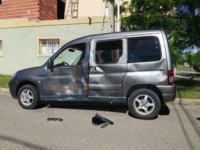 La Kangoo evidencia la violencia del choque. FotoUNOJuan Manuel Hernández.