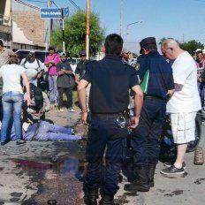 La policía trabajó en el lugar y coordinó el operativo con las ambulancias. Foto UNO Juan Manuel Hernández.