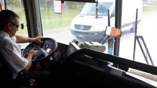 El chofer con el celular en la ruta.