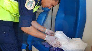 Pura felicidad. Los policías asistieron a la joven madre y lograron que la bebita naciera sin problemas.