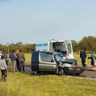 Ruta 18: Utilitario chocó un acoplado y el conductor quedó atrapado entre los hierros