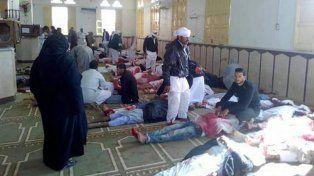 Varios muertos yacen en la mezquita de Al Arish (Egipto) tras un atentado con bomba.