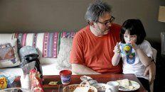 Sebastián Saravia, junto a su hija Antonia, dice que sólo se ocupa de un 30% de las tareas del hogar