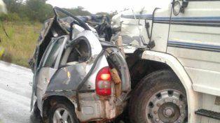 Dos personas muertas es el saldo que dejó el choque frontal entre un camión y un auto