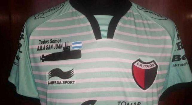 Colón sale a la cancha con una camiseta en honor al submarino ARA San Juan
