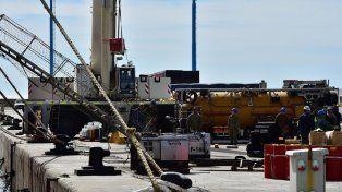 Fuertes vientos retrasan la carga del minisubmarino de EE.UU. al buque Shopie Siem