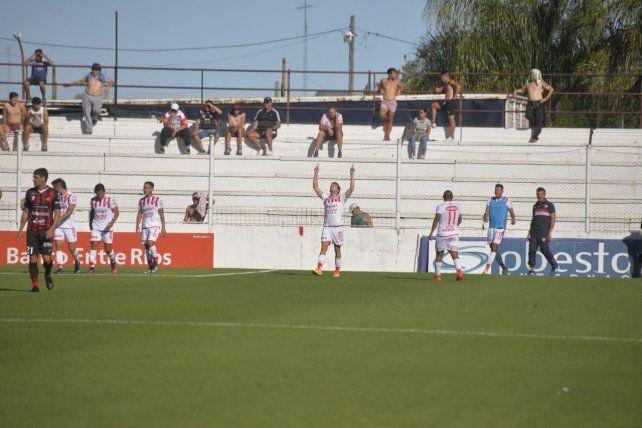 Franco Soldano dedica su gol al cielo. Foto UNO Mateo Oviedo.