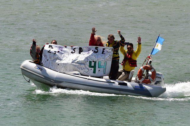Así despidieron en buque que zarpó desde Comodoro Rivadavia hacia la zona de búsqueda del ARA San Juan.