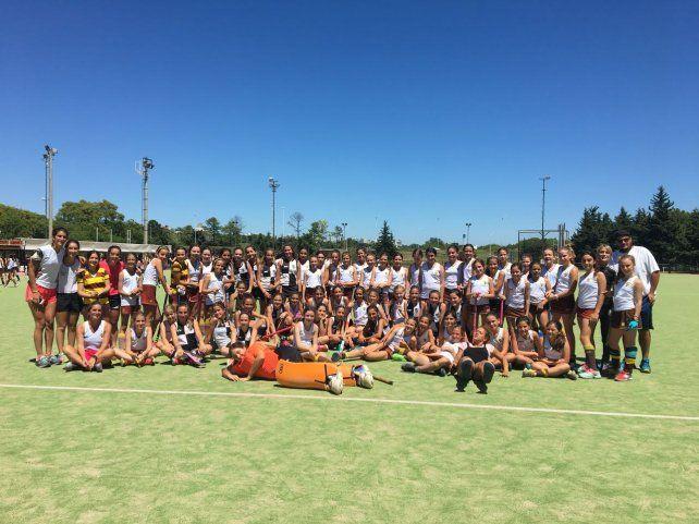Juntas. Las chicas de la categoría Sub 12 del CAE y de Belgrano Athletic posan en El Plumazo durante la actividad de ayer.