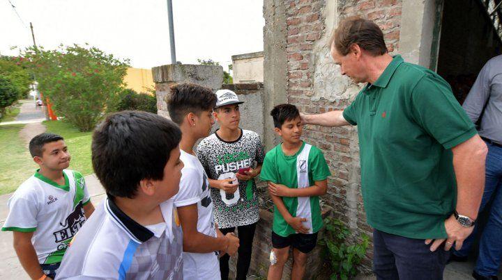Bordet visitó los padres y niños agredidos por la barra de Patronato