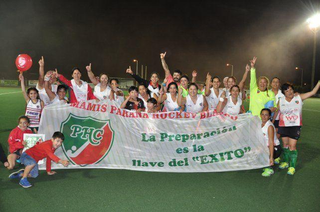 De festejos. Las chicas de Paraná Hockey celebraron con todo la conquista en el certamen de Mamis hockey.