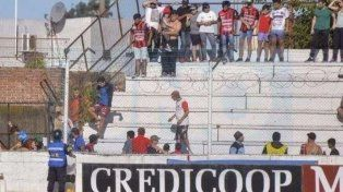 El bochorno. Los delincuentes ingresaron la tribuna de calle Ayacucho para atacar a los pibes.