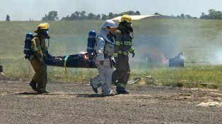 Muertos y heridos. En el simulacro de accidente hubo un trabajo coordinado de las fuerzas. Foto: Aeropuerto Paraná.
