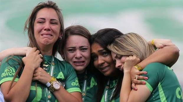 El llanto de las mujeres deudas de los fallecidos en el accidente de Chapecoense.