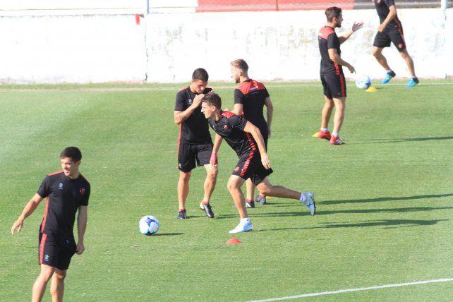 En la Comarca Santa. El Rojinegro tuvo ayer minutos de fútbol y tareas tácticas con pelota en el Presbítero Bartolomé Grella.