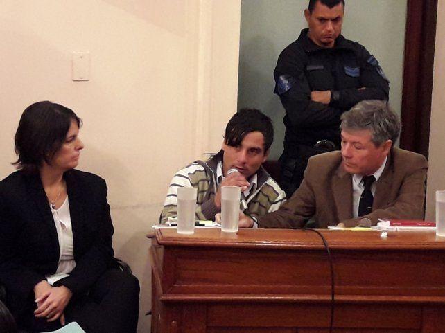 Sebastián Wagner condenado a prisión perpetua rodeado por sus abogados.