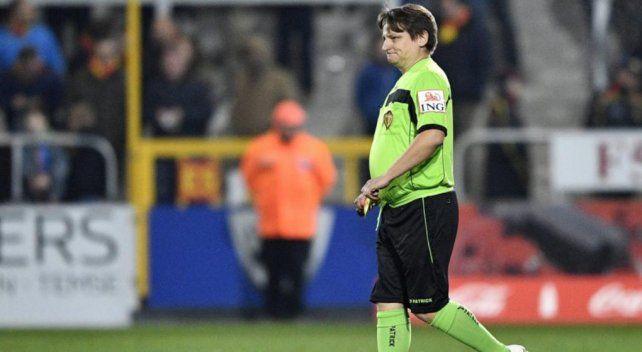 Un hincha terminó como juez de línea en un partido de la Copa de Bélgica