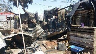 Las llamas consumieron dos precarias viviendas en San Benito