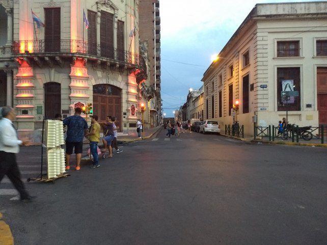 Los vehículos podían seguir solo por calle Urquiza. Foto UNO.