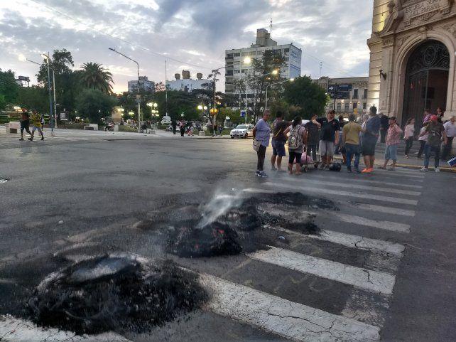 Un puñado de vendedores prendió fuego las cubiertas y cortó calle Corrientes frente a la escuela Normal.