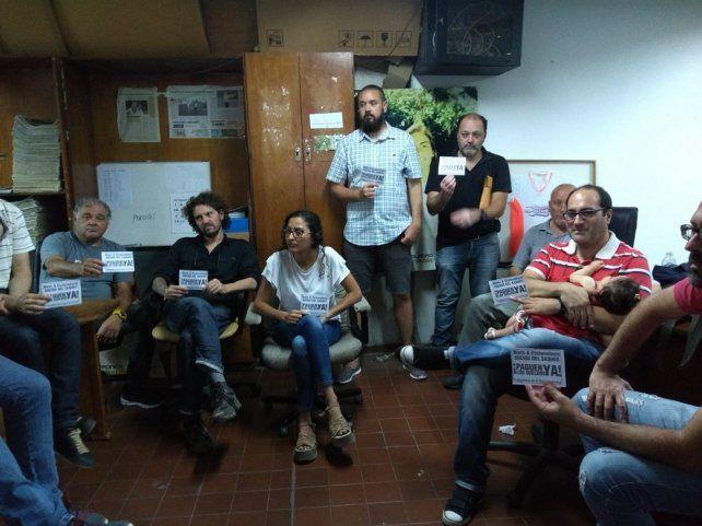 Los trabajadores en asamblea analizaron el comunicado de la Secretaría de Trabajo.