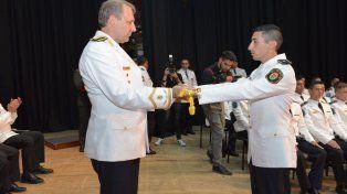 Gustavo Maslein saludo a uno de los nuevos oficiales. Foto PER.