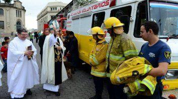 Los bomberos voluntarios de Paraná recibiendo la bendición del Monseñor. Foto Arzobispado.