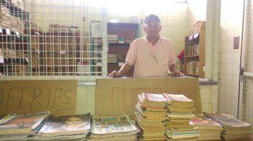 Con alegría. García mostró todo el material y la colección de libros que ofrece cada día en la feria.