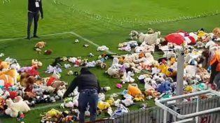 Suspendieron un partido de fútbol por una lluvia de ositos de peluche