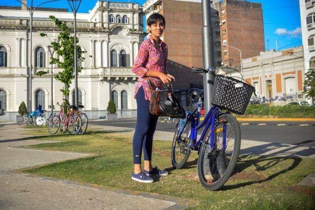 Estudiante de la UNER estaciona su bici frente a la Casa de Gobierno.