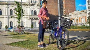 Estudiante de la UNER estaciona su bici frente a la Casa de Gobierno. Foto UNO Mateo Oviedo.