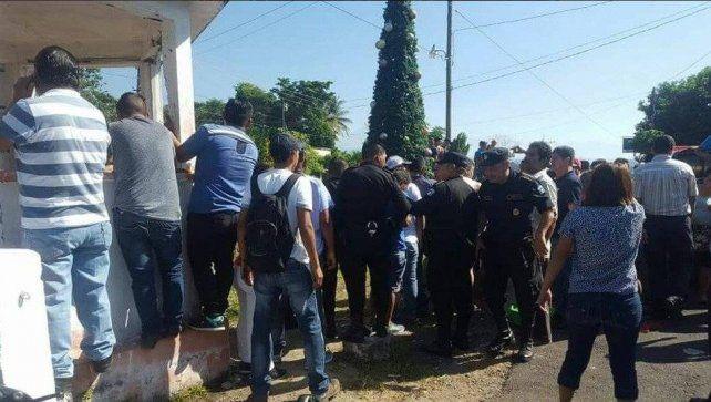 Policías y curiosos alrededor del trágico arbolito.