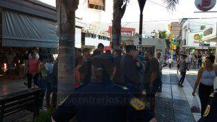 Enojadísimos. Los manteros intentaron resistir el operativo municipal y terminó en un tumulto. Foto: Javier Aragón