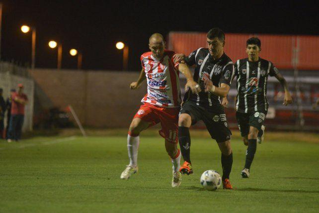 Viejo conocido. El Decano enfrentó al Ferroviario en la Primera B Nacional.
