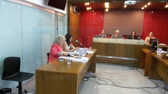 Sólidos fundamentos. Las dos fiscales se tomaron un buen tiempo para reclamar la condena. Foto: Javier Aragón.