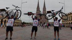 Emocionados y felices. Los tres concordienses posaron con sus bicicletas.