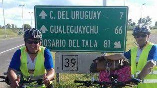 Los ciclistas en los primeros kilómetros de viaje.