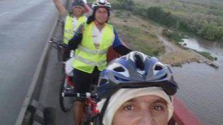 Selfie en el puente. Un clásico de los ciclistas.