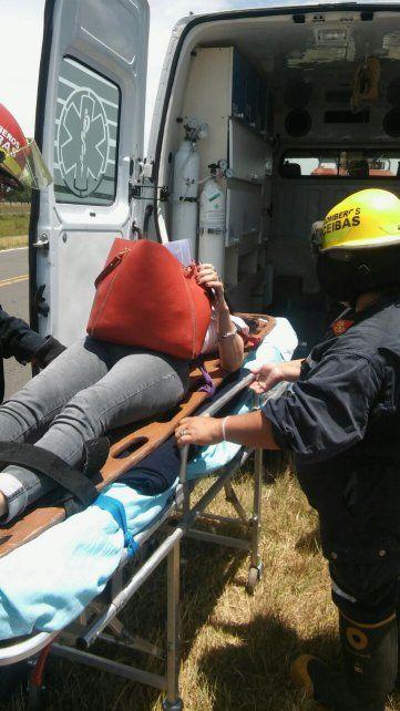Al hospital. La lesionada sufrió golpes que determinaron su asistencia sanitaria. Foto: Bomberos Ceibas
