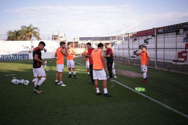 En Paraná hace mucho calor y los jugadores se hidrataron en la previa. FotoUNOJuan Ignacio Pereira.